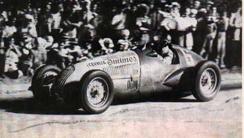 Oscar Gálvez, inaugura la serie de triunfos argentinos, con la tal vez primera publicidad comercial para un auto de carrera.