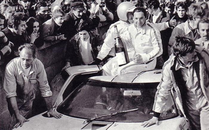Pedro e Bianchi posam como vencedores das 24 Horas de LeMans