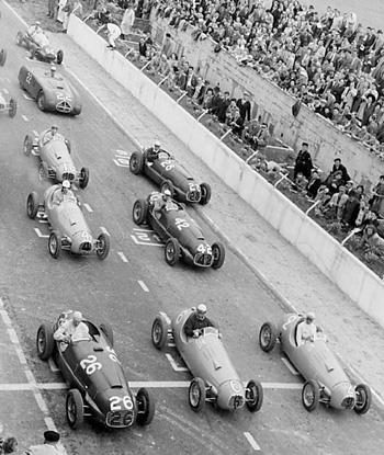 Bira, o carro à direita na primeira fila, larga ao lado de Fangio no GP de Reims, em 48